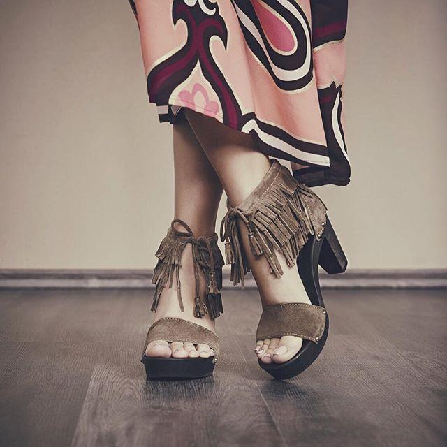 Boho-Style neu interpretiert: Unser Modell FARU ist ein echtes Allroundtalent und passt sowohl zu coolen Jeans, als auch zu sexy Sommeroutfits mit nackten Beinen.  #softclox #model #shoes #campaign #seventiesstyle #bohemian #munich #loveshoes #photooftheday Photo by @patrick.art
