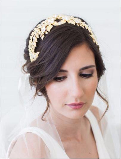 Acconciatura per capelli raccolti da sposa con diadema