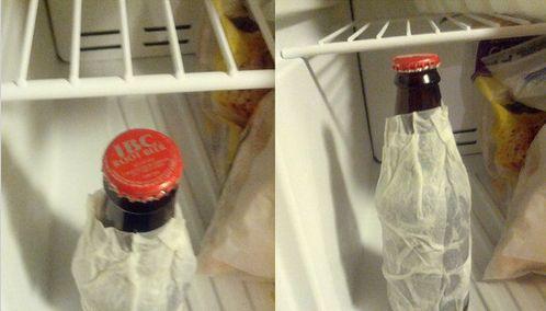 Humedece una servilleta y ponla alrededor de una cerveza o refresco. Déjala así en el congelador y en 5 minutos ya estará bien fría para tom...