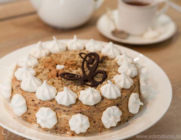 Воздушный, почти невесомый тортик, как полет бабочки. Сочетание сливочного крема с черносливом и инжиром напоминает йогурт. А нежнейшее безе, темный шоколад и грецкие орехи так и тают во рту.