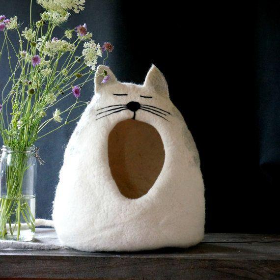 100% wol en handgemaakte vilten kat grot. Ik maak de kat grot van natuurlijke wol. Vilten huisdier huis ik gebruik alleen water en zeep. In dit huis kat Huisdier zich veilig zal voelen en kat grot heeft een staart die als huisdier speelgoed dienen zal.  GROOTTE:  Diep: ongeveer 30 cm (11,8 inch) Breedte: ongeveer 49 cm (19.29 inch) Hoogte ongeveer: 48 cm (18,9 inch)  KLEUR: Kat bed/puppie huis kunt u kleur kiezen. Als u wilt dat andere kleur, deze kat bed of andere hebben wensen neem dan...