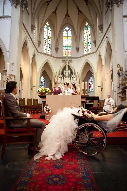 Afgelopen donderdag en vrijdag was het zover, Roos Prommenschenckel stapte in haar huwelijksbed. Ze trouwde die dagen met Marino Vossen. Koonings Bruidsmode heeft samen in overleg met Roos een prachtige bruidsjurk afgeleverd die staant, zittend in de rolstoel en liggend erg mooi viel door de split die er speciaal was ingemaakt.