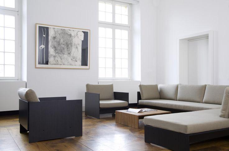 Najwyższej jakości zestaw Riva Lounge wraz z dwoma fotelami w kolorze antracyt wykonane z bardzo wytrzymałego materiału HPL