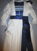 Dåpskjolen Blåklokke passer som dåpskjole eller til navnefest for gutt eller jente, og kommer med med blå detaljer.