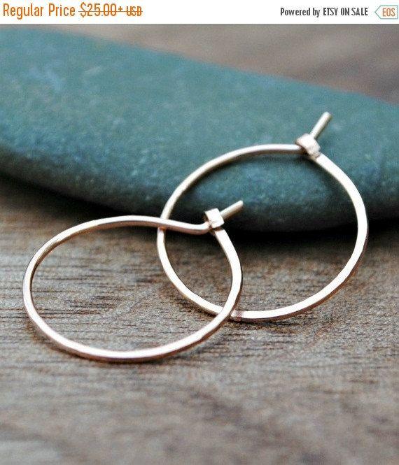 Kleine gouden hoepel oorbellen 14K van TiffanyAnneStudios op Etsy