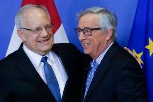 Bundespräsident Johann Schneider-Ammann (links) mit EU-Kommissionspräsident Jean-Claude Juncker am 15. Januar 2016 in Brüssel. Die Beziehungen könnten nun noch komplizierter werden. (Keystone)