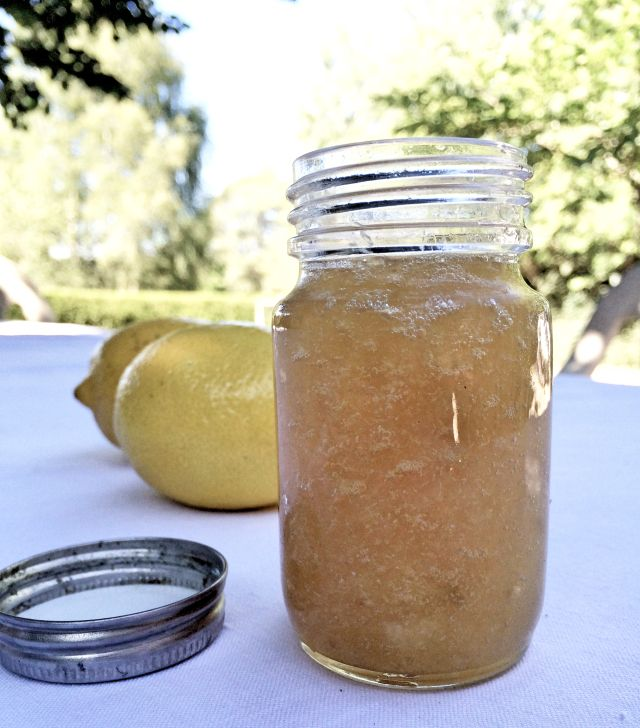 C'est en me rappelantd'une astuce de Philippe Etchebest que j'ai testé la cuissondes citrons au four pour en récupérer toute la pulpe confite.Son idée : rajouter du sucre pour proposer une purée de citron. Super fan de l'association miel/citron, c'est ce mél