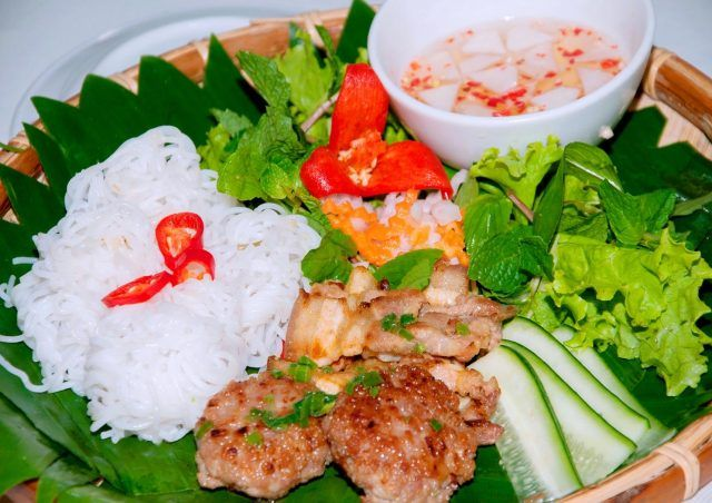 Bún chả (kebab rice noodles). Bún chả is an exquisite combination of rice vermicelli, fried patties and sauce. The food is often served with raw vegetables and a cool glass of iced tea. Bún chả not only brings the quintessence of Vietnamese dishes but also is the pride of Hanoi