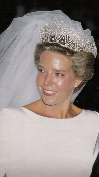 Wedding of Da Simoneta Gomez-Acebo y de Borbon, daughter of the Infanta Pilar of Spain and the Duke of Badajoz, eldest niece of the king.  Her dress, a white silk confection of Gianfranco Ferré for Christian Dior, was designed to showcase Queen María Cristinapearl and diamond tiara. It was the same tiara the Infanta Pilar used at her wedding and belonged to the Countess of Barcelona.