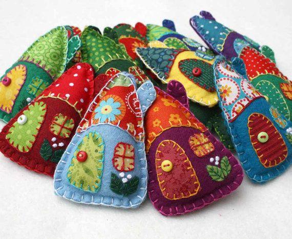 Vilt Kerst ornamenten, Handmade voelde huizen, kleurrijke lappendeken huizen…