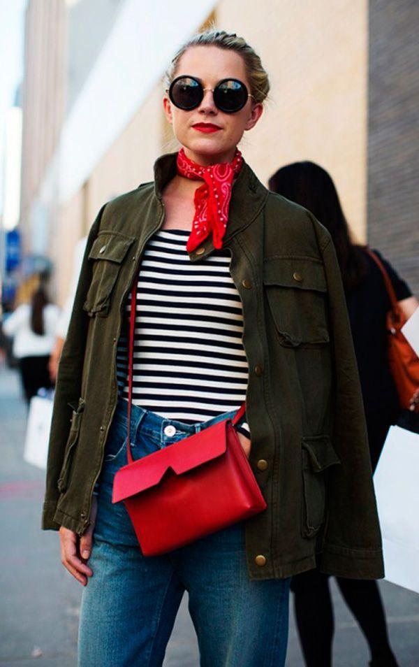 Street style look com blusa listrada, bandana e calça jeans.