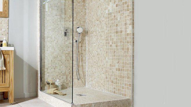 Poser une douche à l'italienne à même le sol n'est pas toujours possible. Si votre évacuation ne le permet pas, sachez qu'en la surélevant un peu grâce à un receveur à carreler, vous pouvez tout de même arriver à un très beau résultat. La preuve !  Retrouvez ces magnifiques carreaux de marbre 5x5 cm sur notre site : http://www.pierreetgalet.com/15-carreaux-5x5