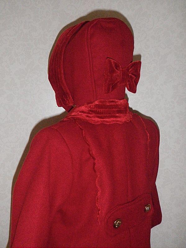 Abrigo quinper para niña color granate con capota. Detalle de la espalda y capota.
