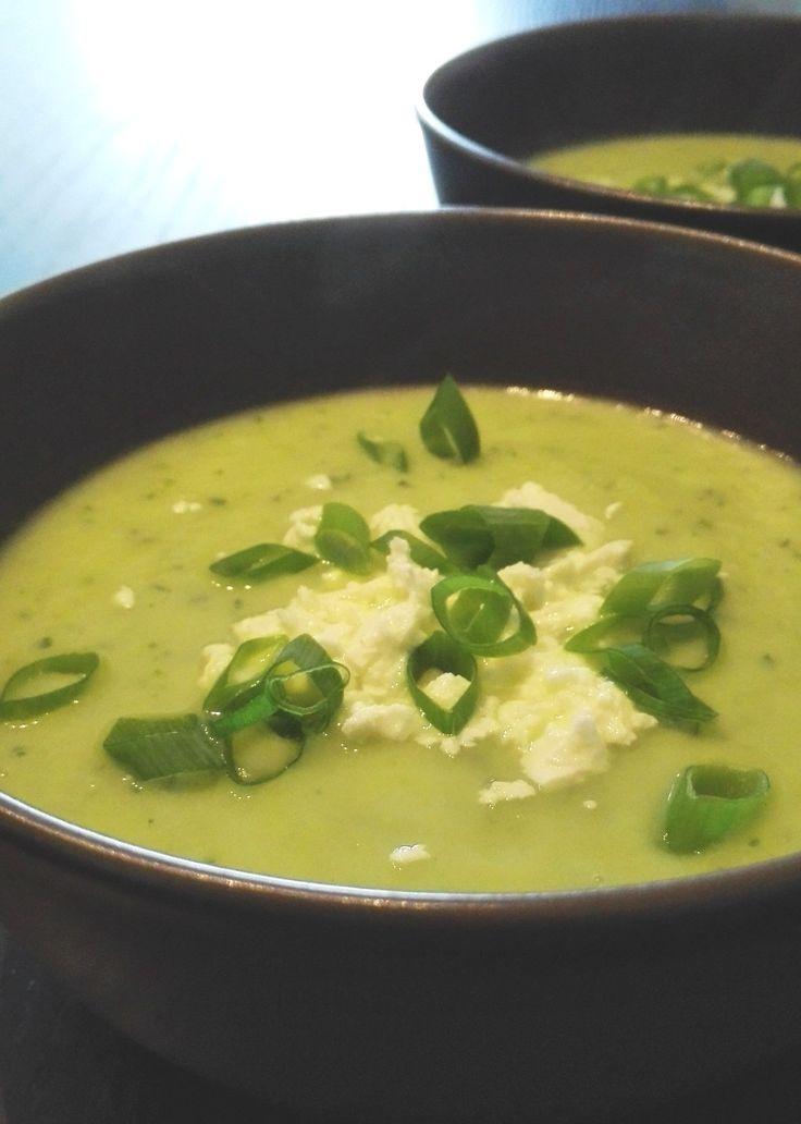 Recept voor veganistische of vegetarische courgettesoep met toppings naar keuze. In plaats van slagroom gebruik je avocado om de soep lekker romig te maken.