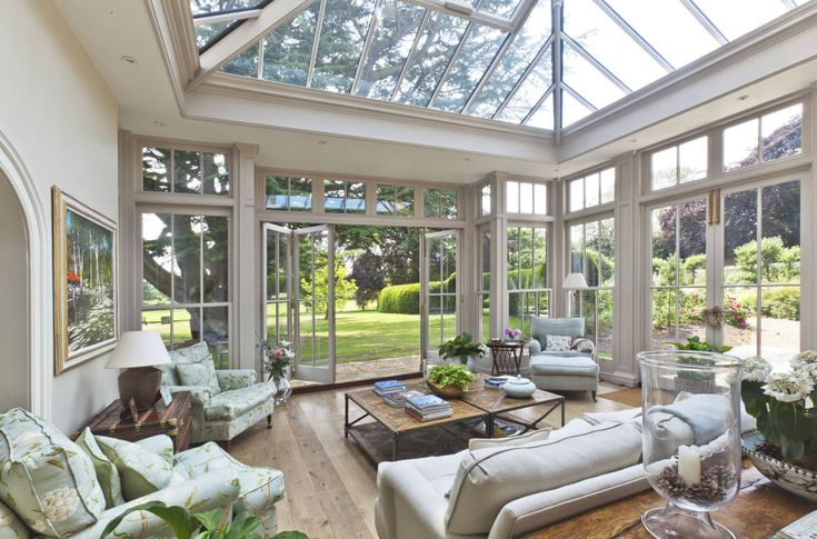 Orangery with Bi-fold Doors : Giardino d'inverno in stile classico di Vale Garden Houses