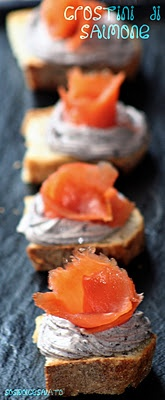 crostini with salmon/crostini con salmone