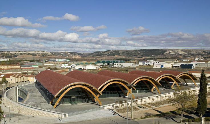 Construido por Richard Rogers,Alonso y Balaguer en Peñafiel, Spain Las nuevas instalaciones de Protos consisten en una bodega y una sede de representación social y administrativa. El e...