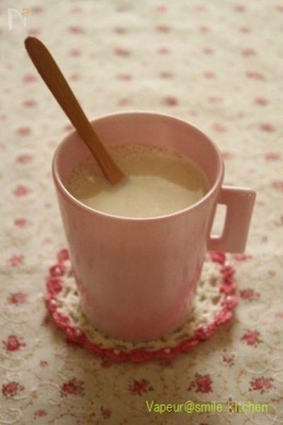 甘酒は飲む点滴というほど栄養が豊富です。甘酒と豆乳は気を補い、疲労回復の効果が期待できます。また甘酒と生姜は血行をよくし、ぽかぽかあたたまります。