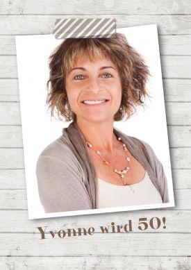 Tolle, trendy Einladung zum Geburtstag mit Foto auf weißem Holzhintergrund.