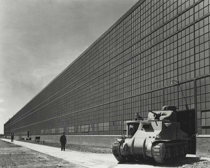 Usine d'Albert Kahn (1938) architecture modèle pour les modernes, incarnation de la construction rationnelle par excellence. Firmitas + Utilitas = Venustas : Pour les modernes il s'agit de créer de la beauté à partir de la fonction. Les Venturi : si le modèle de référence (pr les modernes) est l'usine industrielle comment l'architecte peut se faire valoir par rapport à l'ingénieur ; c'est du rôle des archi de décorer les hangars industriels.