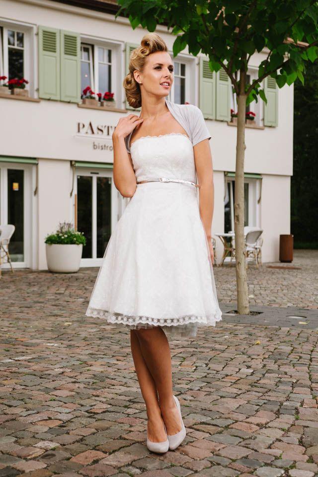Unser Brautkleid 50er Jahre hat Stil, viele Style-Möglichkeiten und gute Laune im Gepäck! Gleich hier von Kellys coolen Rock und der liebevollen Spitze überzeugen!