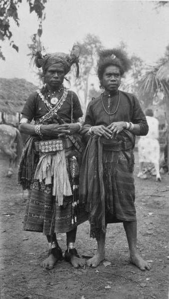 COLLECTIE TROPENMUSEUM Portret van twee bewoners van Flores mogelijk uit het ikatdorp Ngella before 1938.