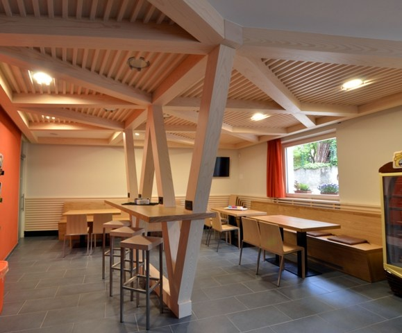 Internet-point island, made of durmast and fir bleached beams. Ceiling beams and infill consist of wood panels threaded spruce bleached, with recessed spotlights.