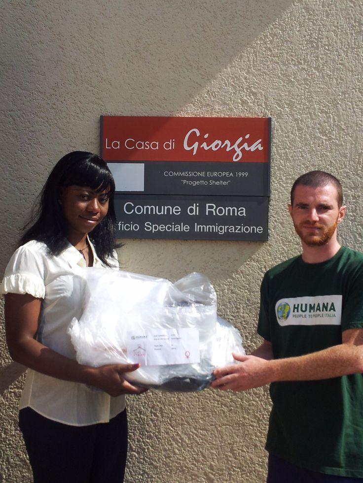 """Distribuzione dei kit """"Abiti nel Cuore"""" nella città di Roma."""