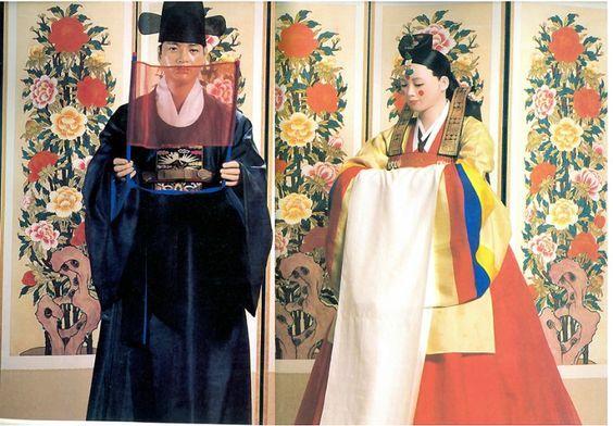 조선시대 혼례식에 신랑은 사모관대, 신부는 활옷 또는 원삼으로 성장한다. 신랑의 사모관대(紗帽冠帶)는 ...