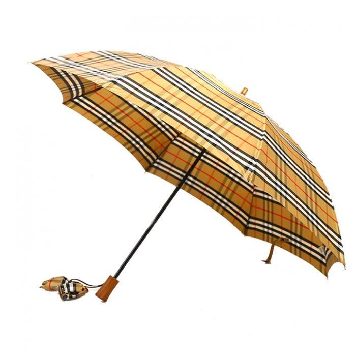 英国チェック柄がデザインされたバーバリー感溢れる折りたたみ傘です。 同じデザインの収納袋も付いた便利なアイテムですよ。  詳細はこちら>http://bbl-shop.com/?pid=76593925