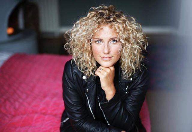 Blonde Locken Gehen Auch In Mittellang Blonde Locken Blonde Haare Locken Locken Machen
