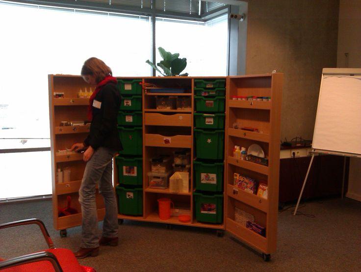 Kast van 100 talenten van Bibliotheek Hoorn, te gebruiken door de Maatschappelijke stagiaires