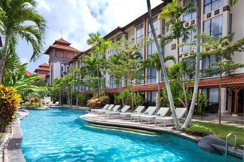 Sanur Paradise Plaza Hotel  Description: Ligging: Sanur Paradise Plaza Hotel is gelegen in het centrum van Sanur op enkele minuten loopafstand van het strand en de winkels. Het hotel biedt bovendien elk uur een gratis shuttleservice naar het winkelcentrum van Sanur en het strand van Sanur en retour. Daarnaast is er een gratis shuttleservice naar Sands Beach Club. Faciliteiten: Sanur Paradise Plaza Hotel beschikt over 329 verzorgde kamers en het complex is opgezet in Balinese stijl. Bij…