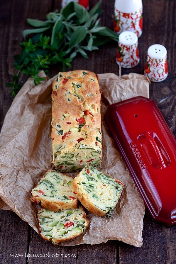 ...E dopo le fatiche del mio ultimopost, oggi vi propongo una ricetta pratica, veloce e facile! Il cake alle verdure è una variante del cake ai peperoniche ho realizzato per smaltire alcune verdure che stazionavano da troppo tempo nel mio frigorifero! Il risultato è uncake salato dall'aspe…