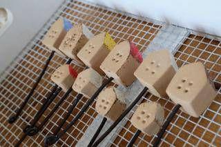 ガーデンピック粘土で作ってみました。こちらは石粉粘土。こちらは木粉粘土。ワイヤーの端っこは危なくないように丸めました。*   *   *   *   *明日はハロウィンですね。我が家は特別何かをやるわけではないのですが玄関にだけちょこっと飾りを置いてあります。 こちらで作品販売中です → minne よければご覧になってくださいね♪ランキングに参加しています作品が気に入って頂けたらクリックして下さると嬉しいです♪ぽちっとして下さるみなさま。どうもありがとうございます