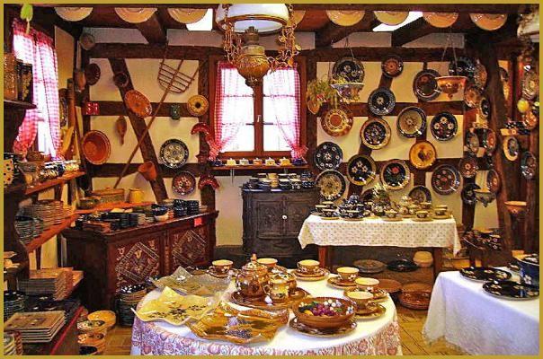 Soufflenheim est un village de potiers où sont fabriquées les célèbres poteries culinaires en terres cuites ornées de couleurs et de décors traditionnels alsaciens. Photos du village de potiers de Souffleheim, tourisme en Alsace.