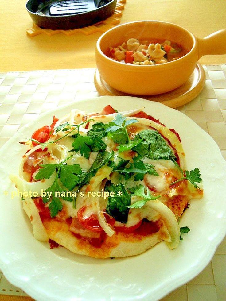 「魚焼きグリルで焼く発酵無しのフライパンピザ」ピザ生地メインのレシピです。ピザソースはトマト缶を煮詰めて作ってもいいし、トッピングもお好みで使って下さいね!【楽天レシピ】