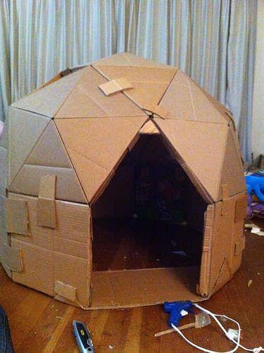 Cabana feita com papelão.
