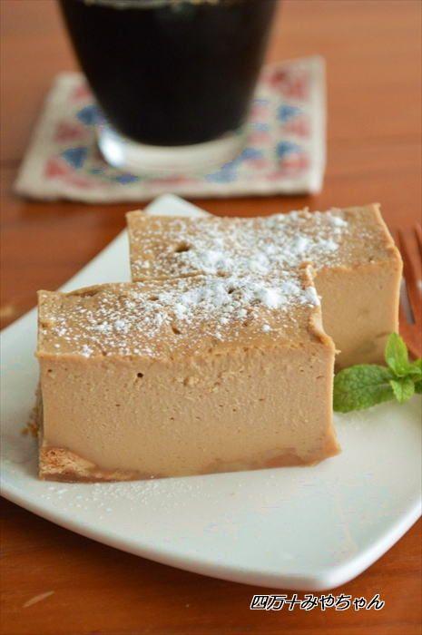 レンジで5分!ほろにが♪モカ チーズケーキ ★ 材料(17×12×5cm容器1台分)…約700ml容器 ・クリームチーズ 200g ・生クリーム 100ml ・卵 1個 ・砂糖・小麦粉 各大さじ2 ・インスタントコーヒー 大さじ1 ・粉砂糖 適量 ・ビスケット 30g ・牛乳 大さじ2 ★作り方 1.ビスケットは砕き、ラップを敷いた耐熱容器に敷き詰め、 牛乳を回しかけておく。 2.耐熱ボウルにクリームチーズを入れ、電子レンジ600Wで40秒加熱し、泡だて器でよく混ぜる。 3.2に卵、砂糖、小麦粉を加えてよく混ぜる。 4.耐熱容器に 生クリームとインスタントコーヒーを入れ電子レンジ600Wで40~50秒加熱し、よく混ぜてインスタントコーヒーを溶かす。 3に加えて更によく混ぜてください。 5.4を1に流し込み、ラップをせず 電子レンジ600Wで5分加熱する。生地が軟らかければ、時間を延長して下さい。 粗熱を取り、冷蔵庫で冷やし、食べやすく切り分ける。