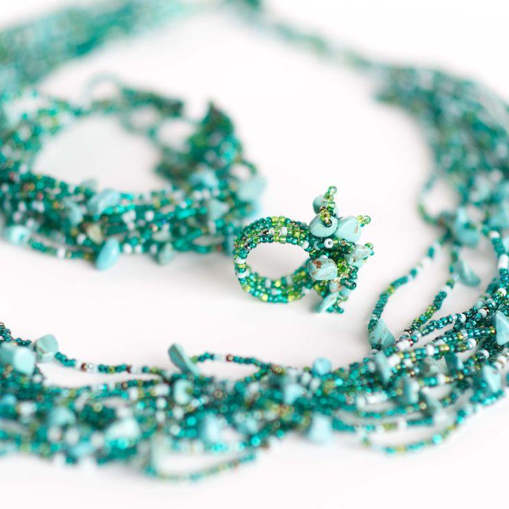 Läckert #halsband, #armband och #ring i ett matchande set, till ett extra förmånligt pris. Smycken skapade för hand av hundratals små plastpärlor och stenar.