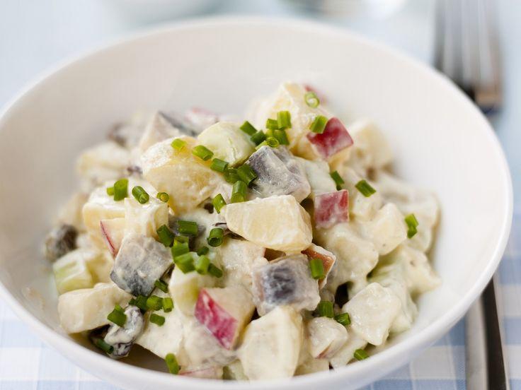 Kartoffelsalat mit Hering und Apfel | Zeit: 30 Min. | http://eatsmarter.de/rezepte/kartoffelsalat-mit-hering-und-apfel