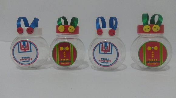 Baleiro plástico personalizados com adesivo dos personagens Patati Patata, mais alça em fita de cetim e acabamento com mini botões.