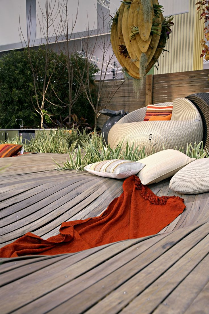 Designex 2007 jamie durie warped decking timber and for Jamie durie garden designs