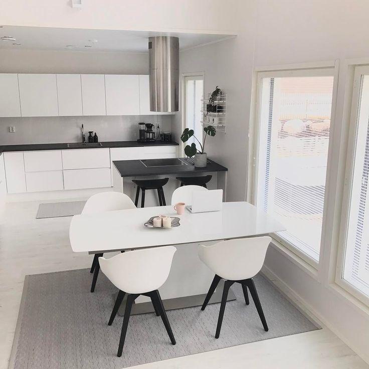 Moderni mustavalkoinen keittiö ja ruokailutila. Pienikin saareke tuo keittiöön mukavasti lisää työskentelytasoa.