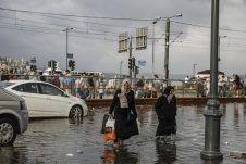 İstanbul'da sağanak ve fırtına: Taksim Venedik'e döndü, araçlar suda yüzdü - Diken