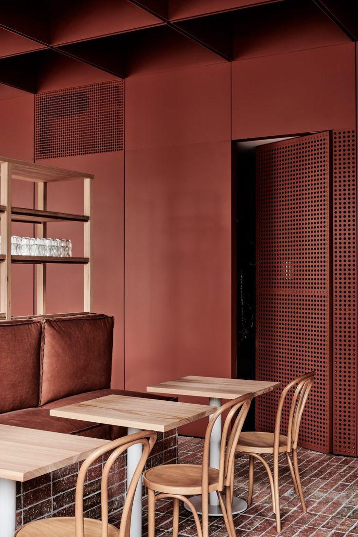 Ritz & Ghougassian Referenzmauerwerk für rot getönte Innenräume des Bentwood Cafés in Melbourne