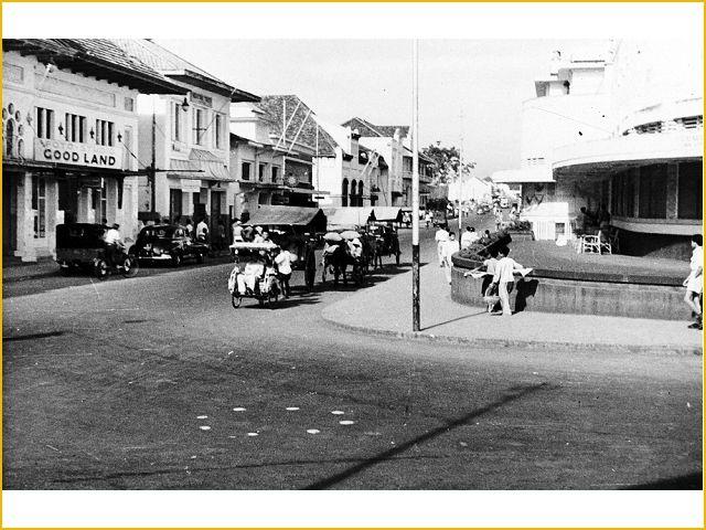ini adalah foto Jalan Braga dengan jalan Asia Afrika sekarang. Sebelah kanan sepertinya gedung Concordia, sekarang adalah gedung Asia Afrika. foto tahun 1950.