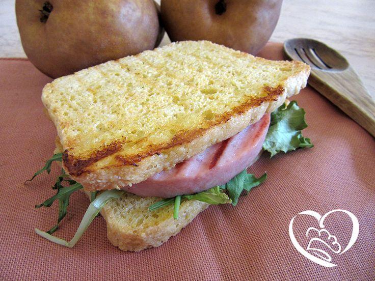 Toast con hamburger di cotto e insalata http://www.cuocaperpassione.it/ricetta/a21d1f4c-9f72-6375-b10c-ff0000780917/Toast_con_hamburger_di_cotto_ed_insalata