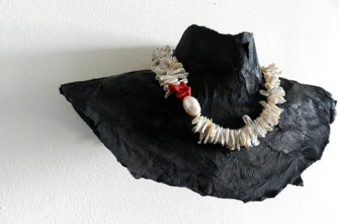 Kunstenaar - edelsmid: N I C O L E T T E   B E N A R D Wit zoetwaterparel collier, coral , 925 zilveren sluiting