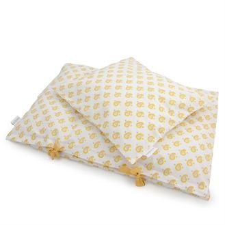 Flot og stilet sengetøj fra danske Amala. Juniorsengetøjet har smukt indisk mønster i gul på en hvid baggrund. Hurtig dag-til-dag levering.